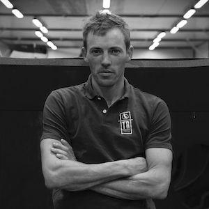 Thomas Ruyant est passé par la Mini Transat, La Solitaire du Figaro et la Transat Jacques Vabre avant de se consacrer à un projet IMOCA pour le Vendée Globe.