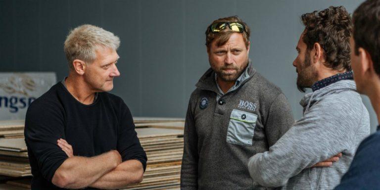 Jason Carrington discute avec Alex Thomson et Quentin Lucet, du cabinet VPLP