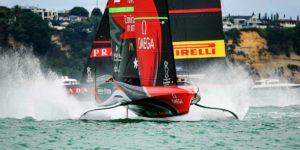 Le Team NZL Emirates croise devant les Italiens de Luna Rossa